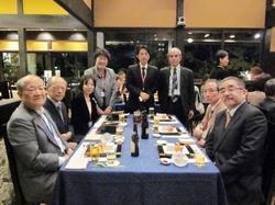 懇親会にご出席いただいた大久保吉修神奈川県医師会長(左から2番目)、安倍信三秦野伊勢原医師会長(右から2番目)と病院関係者